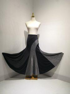 ラメ黒スカート